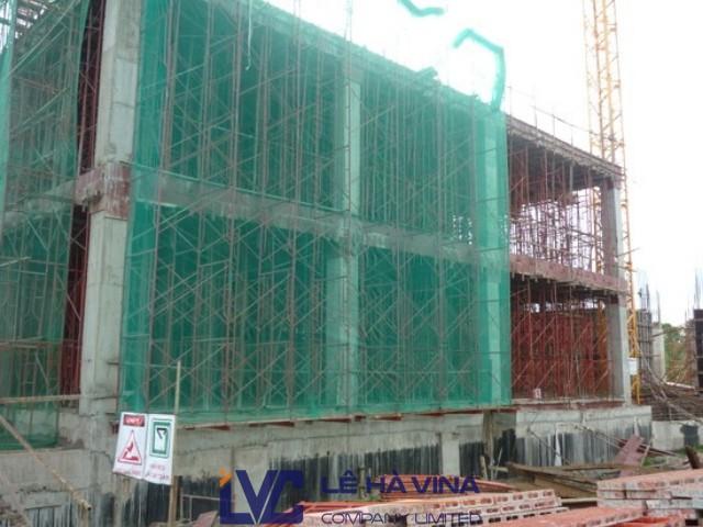Lưới bao che công trình là tên gọi chung của các loại lưới có chức năng chống vật rơi, bụi bẩn, đảm bảo an toàn và mỹ quan cho công trình. Lưới bao che công trình là vật tư bắt buộc sử dụng trong quá trình xây dựng.